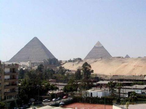O complexo de Gizé rodeado pela cidade do Cairo | D.R.